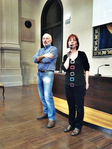 Carmina Puyod presénto la jornada de divulgación científica celebrada en el paraninfo de la Universidad de Zaragoza.