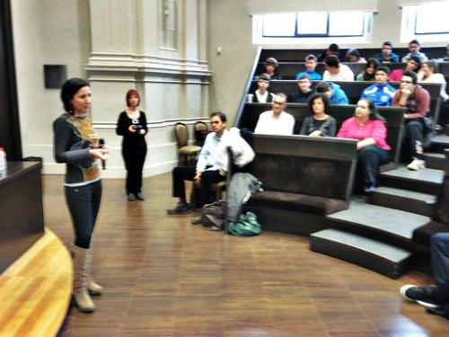 Zoe Santolaria respondiendo a las preguntas de los asistentes.