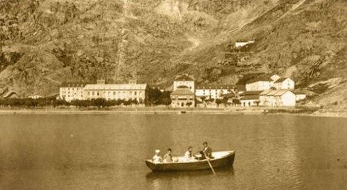 Navegando en las aguas del ibón de los Baños, 1940 (Fuente: Panticosa Resort).