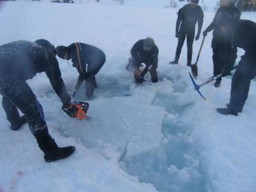 Luchando contra el hielo, tratando de abrir una vía de entrada.
