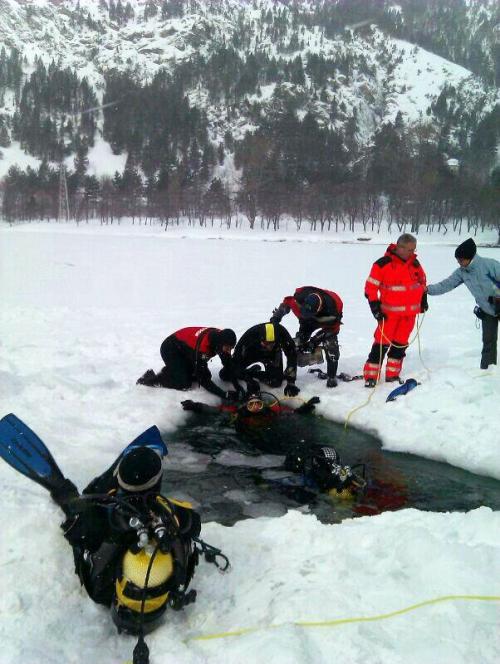 Los equipos de buceo se congelaban debido a la baja temperatura del aire.