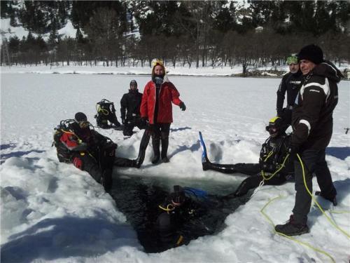 Mapi y Alfonso preparados para hacer agua. Marifé Abad (Club Atlantes) y Oscar Noguera (A 7 Mares) supervisan en superficie.