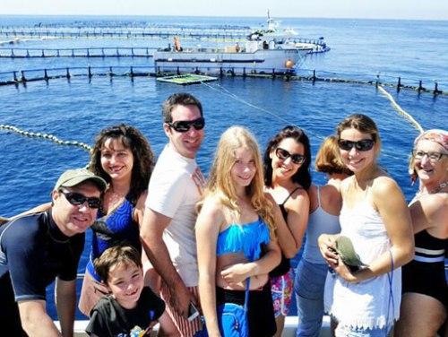 Algunos de los expedicionarios zcos antes de saltar al agua con los atunes