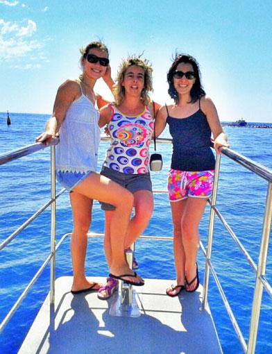 Natali, Marta y Zoe, en la proa del catamarán rumbo a las piscinas de los atunes.