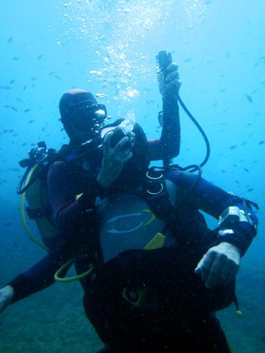 Alfonso y Jorge haciendo una demostración de rescate subacuático.
