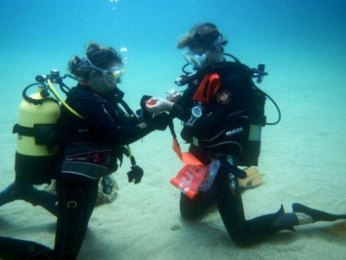 Marta y Natali realizan el lanzamiento de la boya de descompresión.
