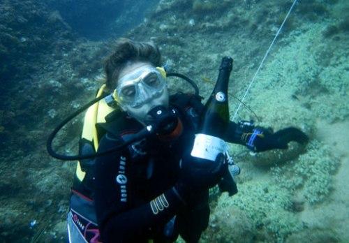 Marta muestra la botella encontrada en la segunda práctica de búsqueda subacuática.