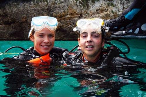 Natalí y Marta tras finalizar la última inmersión del curso. Ya son buceadores 2 estrellas.