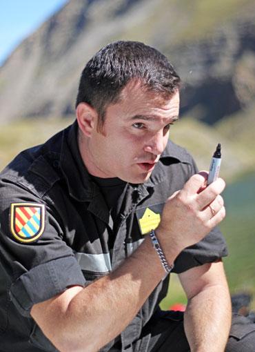 El Sargento 1º Lozano dando instrucciones a sus buceadores durante el briefing.