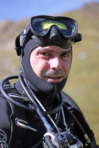 Alfonso Pardo equipado para la inmersión.