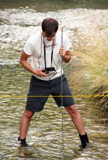 Tomás Arruebo mide el caudal en el desagüe de Argualas (Fotografía: Alfonso Pardo).