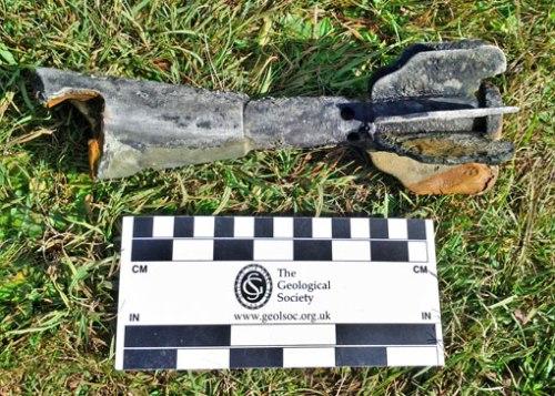 Fragmento de granada de mortero Valero de 81 mm hallada en el fondo del ibón de Sabocos