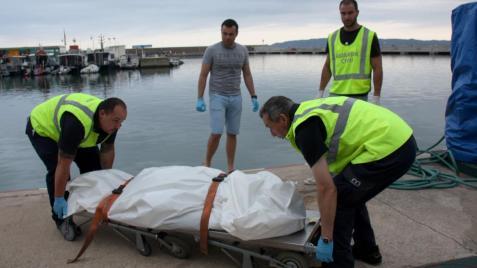 Los servicios funerarios retiran el cadáver de la víctima francesa fallecida mientras practicaba submarinismo en l'Estartit (Guisasola N. / ACN)